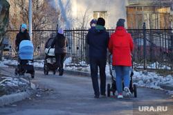 Город во время пандемии коронавирусной инфекции. Курган , семья, материнство, дети, зима, детская  коляска, родители с коляской