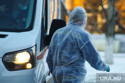 Работа фельдшеров скорой помощи в условиях коронавирусной инфекции на территории городской больницы №2. Курган, защитный костюм, фельдшер на вызове, скорая помощь, covid19, коронавирус, пандемия коронавируса, средства защиты, водитель скорой помощи
