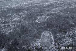 Проверка льда перед Крещением. Тюмень, лед на реке, следы