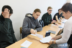 Студенты УрФУ в экзаменационный период. Екатеринбург, университет, вуз, экзамен, учеба, высшее образование, высшее учебное заведение, студенты