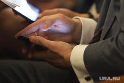 Заседание областной Думы. Курган, руки депутата, руки с телефоном, телефон в руках