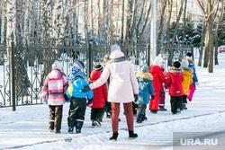 Спальные районы и жители города. Тюмень., снег, дети гуляют, зима, дети, снег в городе, воспитатель, группа детей