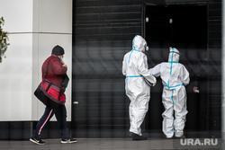 Доставка пациентов скорой помощью в ГКБ №40 «Коммунарка» во время пандемии SARS-CoV-2. Москва, защитный костюм, врачи, фельдшер, медики, противочумной костюм, карантинный центр