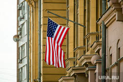 Флаг ЛГБТ на посольстве Соединенных Штатов Америки. Москва, американский флаг, флаг сша, американское посольство, посольство сша