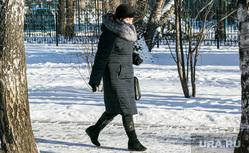 Duerme y habitantes de la ciudad.  Tyumen., Nieve, peatones, invierno, transeúntes, gente enmascarada, nieve en la ciudad