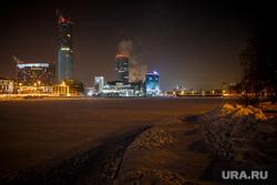 Вид на ночной зимний Екатеринбург-Сити через Городской пруд. Екатеринбург, зима, екатеринбург-сити, ночной город, ночь, городской пейзаж, норама, панорама