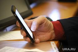 Публичные слушания по бюджету на 2020 год. Курган, телефон, сотовая связь, телефон в руке, телефон в руках