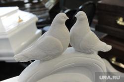 Похоронная выставка. Челябинск., голуби, надгробие