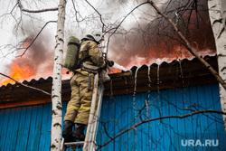 Пожар в расселенном доме, в поселке Солнечный. Сургут, мчс, пожарный, пожар, тушение пожара