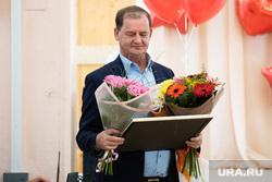 Торжественная линейка в школе № 106. Екатеринбург, симановский андрей, цветы