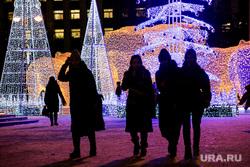 Новогодняя иллюминация. Тюмень, новогодние украшения, люди, силуэты, гирлянда, гирлянды, новый год, новогоднее оформление, тюмень, новогоднее настроение, виды тюмени