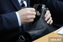 Комитет областной думы по бюджету. Курган, депутат, чиновник, портфель, заседание, руки