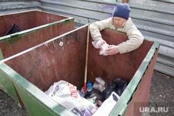 Виды Перми, пенсионерка, мусорные контейнеры, нищенка, бомж, старость, голод, бездомные, мусорка, бабушка, помойка, бедность