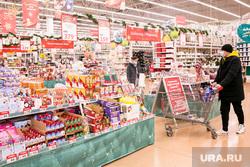 Новогодние подарки. Тюмень, подарки, покупатели, сувениры, покупатели с тележками, люди в масках, продуктовая тележка, новогодние витрины, новый год, елочные игрушки, новогодние подарки, тележка продуктовая