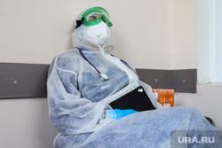 Работа фельдшеров скорой помощи в условиях коронавирусной инфекции на территории городской больницы №2. Курган, защитный костюм, фельдшер на вызове, скорая помощь, фельдшер, пандемия коронавируса, средства защиты
