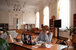 Подготовка студентов к зимней экзаменационной сессии. Екатеринбург, университет, экзамен, студентка, подготовка, образование, сессия