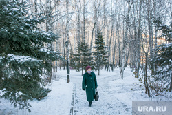 Спальные районы и жители города. Тюмень., снег, аллея, пешеходы, зима, прохожие, люди в масках, снег в городе, пенсионеры