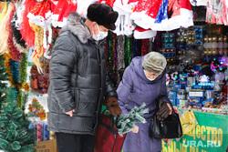 Елочный базар на территории центрального рынка. Курган, новогодняя елка, искусственная елка, елочный базар, пенсионеры, новогодние игрушки, приготовление к празднику