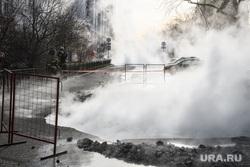 Прорыв горячей воды на улице Крылова. Екатеринбург, коммунальная авария, жкх, горячая вода, яма на дороге, прорыв трубы, дыра в асфальте, пар