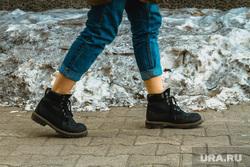 Лодыжки. Екатеринбург, зима, молодежная мода, голые лодыжки, короткие брюки, довернутые штаны, подогнутые штанины, голые ноги