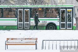 Снежный город. Тюмень, снег, пешеход, скамейка, остановка, зима, автобусная остановка, прохожий, лавочка, автобус