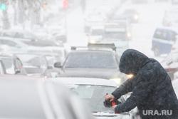 Виды Екатеринбурга необр, лобовое стекло, снегопад, чистит машину