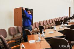 Первое заседание Челябинской городской думы второго созыва, где выбрали председателя, его заместителей и руководителей комиссий. Челябинск, стулья, столы, зал заседаний гордумы челябинска