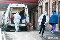 Приемный покой областной инфекционной клинической больницы. Тюмень, защитный костюм, человек в маске, врачи, люди в масках, скорая помощь, медики