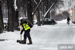 Снег в Екатеринбурге, снег, зима, уборка улиц, снег в городе, дворник с лопатой, снегопад, убирает снег, дворник