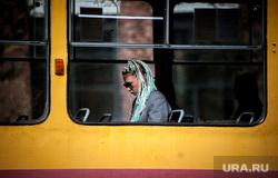 Виды Екатеринбурга , девушка, общественный транспорт, зеленые волосы, девушка в очках, окно, трамвай, синие волосы, транспорант, голубые волосы, молодежь, виды екатеринбург
