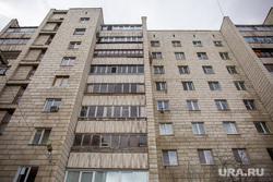 ЖЭК уничтожает сад Моргунова Николая, который он развел на крыше над своей квартирой по адресу Сурикова, 31. Екатеринбург, жилой дом