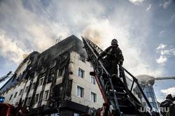 Пожар в бизнес-центре Парус. Тюмень, дым, пожарный, пожар, тушение пожара, пожарная лестница