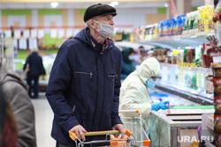 Соблюдение масочного режима в местах скопления людей. Курган, пенсионер, корзина с продуктами, покупатели с тележками, мужчина, масочный режим