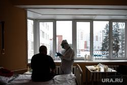 Свердловский областной клинический психоневрологический госпиталь для ветеранов войн, где оказывают помощь пациентам с коронавирусной инфекцией COVID-19. Екатеринбург, госпиталь, палата, защитный костюм, медицина, медицинский работник, врач, больница, медик, covid-19, covid19, лечащий врач, противочумный костюм, коронавирус, противочумной костюм, красная зона, ковидный госпиталь