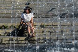 Виды Екатеринбурга, девушка, жара, фонтан, лето в городе, теплая погода