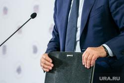 Брифинг помощника Президента РФ Игоря Левитина. Москва, депутат, чиновник, папка, портфель