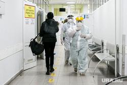 Приемный покой областной инфекционной клинической больницы. Тюмень, защитный костюм, врачи, медики