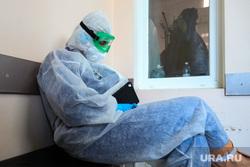 Работа фельдшеров скорой помощи в условиях коронавирусной инфекции на территории городской больницы №2. Курган, защитный костюм, скорая помощь, фельдшер, пандемия коронавируса, средства защиты
