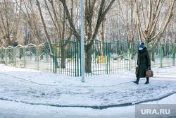 Спальные районы и жители города. Тюмень., снег, пешеходы, зима, прохожие, люди в масках, снег в городе, женщина с сумками, пенсионеры