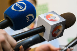 Брифинг по гриппу в администрации Екатеринбурга, отв, микрофон в руке