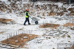 Торжественная закладка первого кирпича в новом жилом комплексе «4 YOU». Екатеринбург, строители, строительная площадка, застройка квартала, рабочие, стройка, тележка строительная, застройка территории