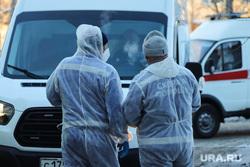 Работа фельдшеров скорой помощи в условиях коронавирусной инфекции на территории городской больницы №2. Курган, защитный костюм, фельдшер на вызове, скорая помощь, covid19, пандемия коронавируса, средства защиты, водитель скорой помощи