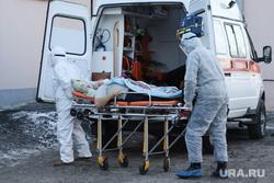 Работа фельдшеров скорой помощи в условиях коронавирусной инфекции на территории городской больницы №2. Курган, носилки, защитный костюм, скорая помощь, фельдшер, covid19, пандемия коронавируса, средства защиты