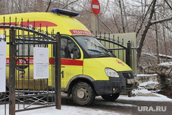Машины скорой помощи в красной зоне городской больницы №2. Курган , скорая помощь, машина реанимации, реанимация, машина скорой помощи, медицина, зона карантина, пандемия коронавируса, красная зона