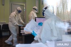Работа фельдшеров скорой помощи в условиях коронавирусной инфекции на территории городской больницы №2. Курган, защитный костюм, фельдшер на вызове, скорая помощь, пандемия коронавируса, средства защиты