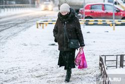 Спальные районы и жители города. Тюмень., снег, пешеходы, зима, прохожие, люди в масках, снег в городе, пенсионеры