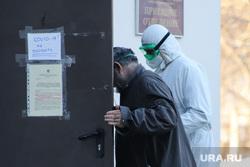 Работа фельдшеров скорой помощи в условиях коронавирусной инфекции на территории городской больницы №2. Курган, защитный костюм, приемный покой, скорая помощь, фельдшер, пациент, пандемия коронавируса, средства защиты