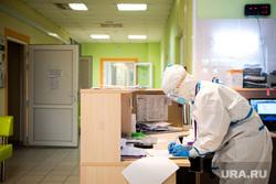 Свердловский областной клинический психоневрологический госпиталь для ветеранов войн, где оказывают помощь пациентам с коронавирусной инфекцией COVID-19. Екатеринбург, госпиталь, медик, защитный костюм, медицина, медицинский работник, заполнение документов, врач, больница, covid19, лечащий врач, противочумный костюм, коронавирус, противочумной костюм, красная зона, ковидный госпиталь