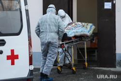 Работа фельдшеров скорой помощи в условиях коронавирусной инфекции на территории городской больницы №2. Курган, пациент, носилки, защитный костюм, фельдшер на вызове, скорая помощь, пандемия коронавируса, средства защиты