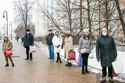 Снежный город. Тюмень, остановка, автобусная остановка, люди в масках